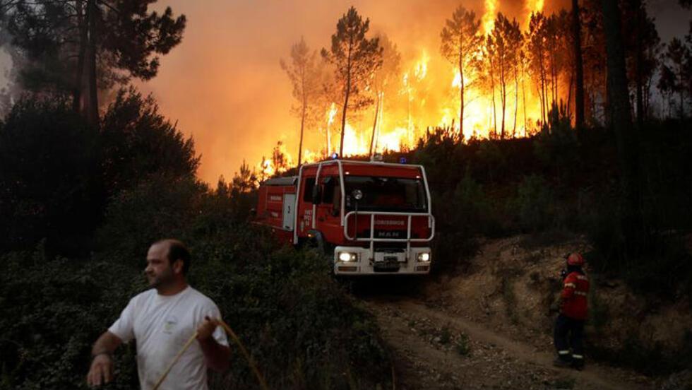 Bomberos y civiles luchan contra un incendio forestal en el pueblo de Ca, Pombal. Centro de Portugal, 06 de octubre de 2017.