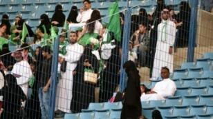 عائلات سعودية في ملعب الملك فهد في الرياض لحضور فاعلية بمناسبة اليوم الوطني في 23 أيلول/سبتمبر 2017