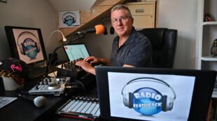 """Philippe Szymczak, alias """"DJ Philou"""", créateur de Radio Flashback, dans le studio aménagé chez lui, le 27 avril 2020 à Lathuile, près d'Annecy"""