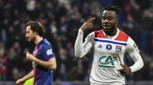 Maxwel Cornet célèbre son but pour Lyon, mercredi 27 février 2019.