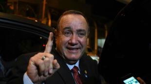 Le conservateur Alejandro Giammattei saluant la foule après sa victoire le 11août2019, à Guatemala.