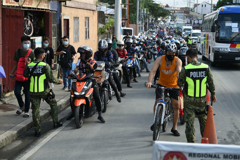 La policía inspecciona a Marikina en las afueras de Manila después de que se impusiera el confinamiento en Filipinas el 6 de agosto de 2021.