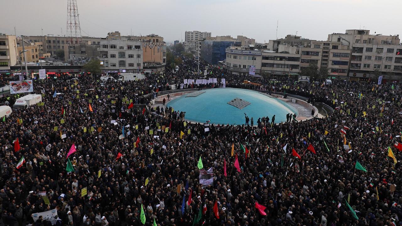 متظاهرون موالون للحكومة الإيرانية في طهران، إيران، 25 نوفمبر/ تشرين الثاني 2019.