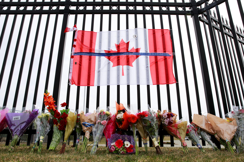 Des fleurs en hommage aux morts devant le QG de la police à Dartmouth, au Canada.