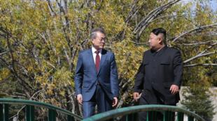 El líder de Corea del Norte, Kim Jong-un y el presidente de Corea del Sur, Moon Jae-in, caminan juntos durante una visita a la casa de huéspedes Samjiyon cerca del Monte Paektu en Samjiyon el 20 de septiembre de 2018.