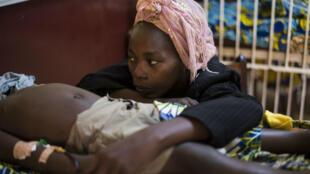 Une mère au chevet de son enfant, atteint de paludisme, en Centrafrique, en 2013