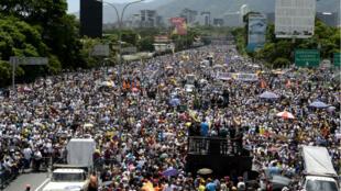 Des milliers de manifestants vénézuéliens ont bloqué l'autoroute Francisco Fajardo, à l'est de Caracas, le 20 mai 2017.