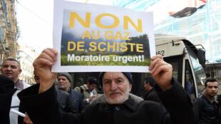 Un manifestant opposé à l'exploration du gaz de schiste, le 24 février dans les rues d'Alger
