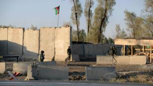 Des forces de sécurité afghanes tiennent la garde près de l'aéroport de Kandahar, le 9 décembre 2015.
