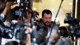 El ministro del Interior italiano y líder del partido de la Liga, Matteo Salvini, habla a los medios de comunicación al final de una reunión con los diputados de Lega Nord.