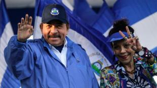 El presidente nicaragüense Daniel Ortega y su esposa y vicepresidenta, Rosario Murillo, saludan a sus copartidarios durante un mitin en Managua, el 5 de septiembre de 2018.