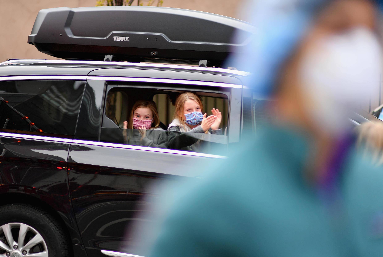 أطفال في سيارة قبالة مستشفى في نيويورك الأمريكية. 23 أبريل/نيسان 2020.