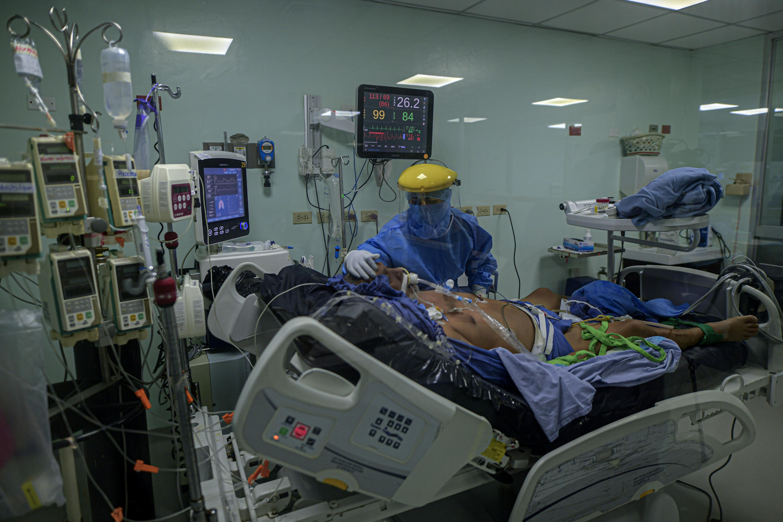 Un paciente con COVID-19, internado en la unidad de cuidados intensivos del hospital Dr. Arnulfo Arias Madrid en Ciudad de Panamá, el 4 de julio de 2020