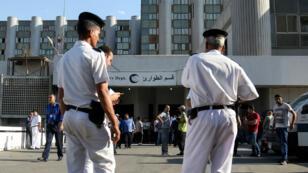 Des policiers égyptiens devant un hôpital de la banlieue du Caire, le 26 mai 2017, après une attaque visant des coptes.