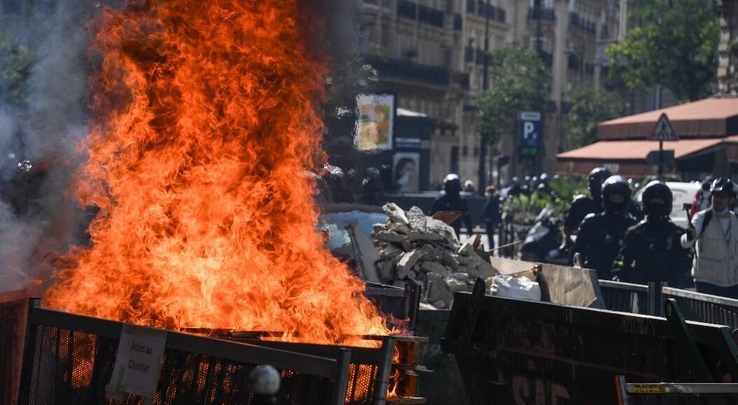 Grupos de manifestantes prendieron fuego en las calles de París, Francia, el 12 de septiembre de 2020.