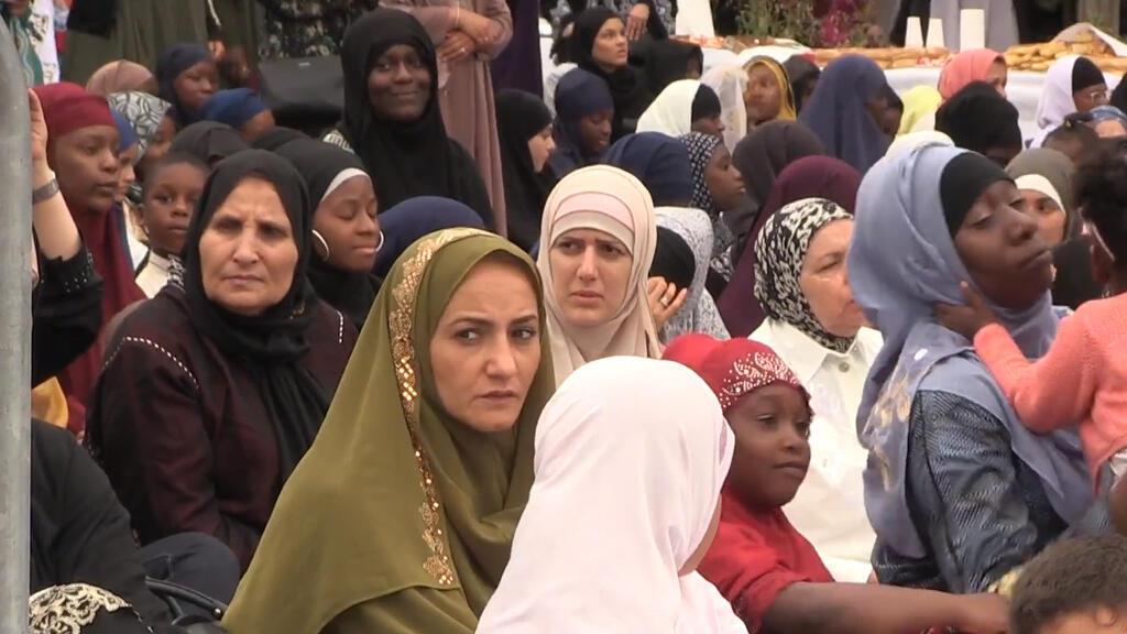 Un grupo de mujeres participa de la oración del Eid al-Adha en la Mezquita de Creteil en el Noreste de París. Durante la fiesta los fieles sacrifican un cordero para confirmar su fe en Alá.