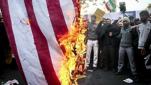Ciudadanos iraníes queman una bandera de  EE. UU. durante la conmemoración del aniversario de la toma de la embajada de EE. UU. en Teherán y en protesta por las sanciones económicas impuestas por Washington. Teherán,  Irán, el 4 de noviembre de 2018.