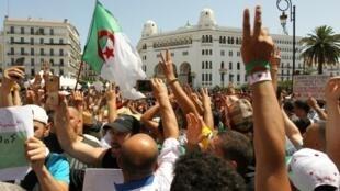 متظاهرون جزائريون خلال مسيرة الجمعة 21 حزيران/يونيو 2019 في العاصمة