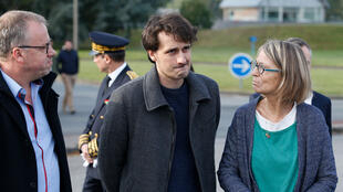 El periodista Loup Bureau a su regreso en Francia, en el aeropuerto de Roissy, con su padre y la ministra de la Cultura, Françoise Nyssen.