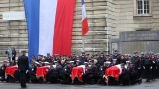 Les quatre cercueils des policiers tués, lors de l'hommage rendu, à la Préfecture de Police de Paris, le 8 octobre 2019.