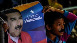 Un partisan de Nicolás Maduro l'écoutant prononcer son discours de victoire, dimanche 20 mai.