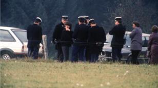 Christine Villemin (3e à g.) participe, le 30 octobre 1985, à Lépanges-sur-Vologne, à la reconstitution de l'assassinat de son fils Grégory Villemin.