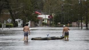 Deux hommes se déplacent en kayak dans les rues inondées de Pollocksville, en Caroline du Nord, le 16 septembre 2018