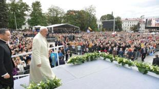 Papa Francisco recibido por una multitud de fieles en la explanada del Palacio Presidencial en el centro de Vilna, la capital de Lituania. 22 de septiembre de 2018.