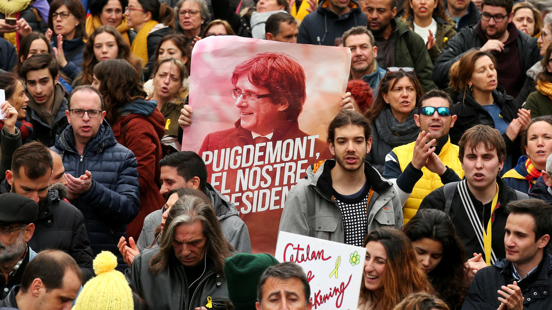 La gente protesta por la detención del expresidente Carles Puigdemont en Alemania, durante una manifestación organizada por asociaciones independentistas en Barcelona, España, el 25 de marzo de 2018.