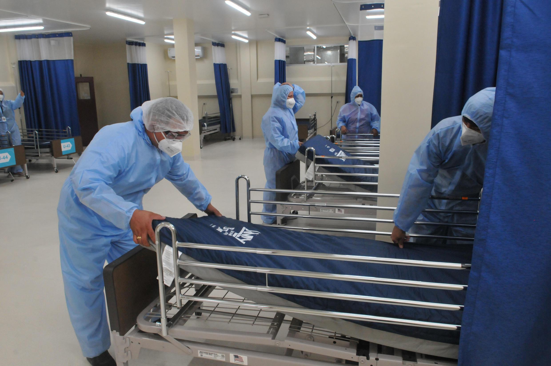 El personal sanitario prepara una sala en el Hospital Bicentenario para atender la demanda originada por la pandemia de coronavirus, el 19 de mayo de 2020 en el centro de Guayaquil, Ecuador