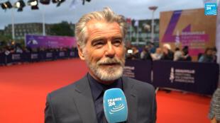 L'acteur Pierce Brosnan, en interview sur le tapis rouge du Festival de Deauville, le 6 septembre 2019.