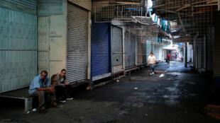 Ciudadanos se encuentran en las afueras del Mercado de Huembes en Managua (Nicaragua) durante el llamado a paro del 7 de septiembre en todo el país.