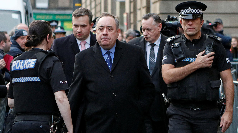El exprimer ministro de Escocia, Alex Salmond, se va después de su comparecencia ante el tribunal del Sheriff de Edimburgo, en Edimburgo, Escocia, Gran Bretaña, 24 de enero de 2019.