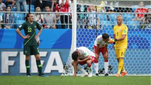 Los jugadores se lamentan luego del empate entre Dinamarca y Australia.
