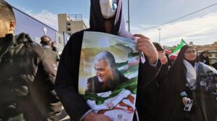 Un manifestant brandi un portrait du général Qassem Soleimani lors d'un rassemblement à sa mémoire, le 11 février 2020 à Téhéran.