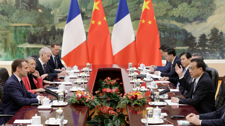 El presidente francés Emmanuel Macron y el premier chino Li Keqiang participan de una reunión en Beijing, el 6 de noviembre de 2019.