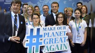 El presidente Francés Emmanuel Macron y el Ministro Francés de la Transición Ecológica e Inclusiva Nicolás Hulot posan con los jóvenes del puesto francés de la COP23. 15 de noviembre de 2017, Bonn (Alemania).