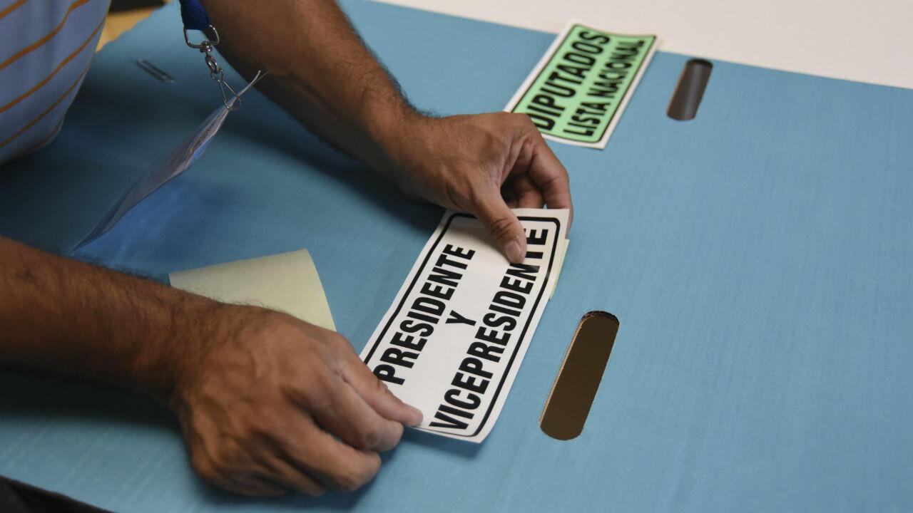 Trabajadores del Tribunal Supremo Electoral de Guatemala establecieron un centro de votación en la Ciudad de Guatemala el 15 de junio de 2019, un día antes de las elecciones generales.