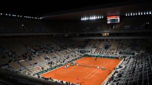 Vista de la cancha Philippe Chatrier del torneo Roland Garros. En 2020, el torneo fue autorizado a un aforo de solo 1.000 espectadores diarios por el covid-19. Imagen durante la se-final hombres el 9 de octubre de 2020 en París
