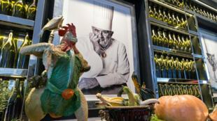 El retrato de Paul Bocuse esta expuesto durante una visita de prensa a la escuela-restaurante del Insituto Paul Bocuse en Lyon. Archivo.
