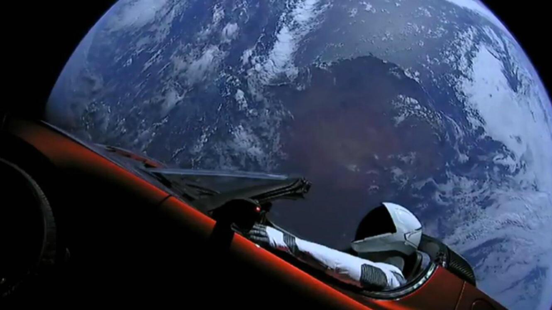 Starman à bord de sa Tesla, tous deux envoyés dans l'espace par la Falcon Heavy de SpaceX.