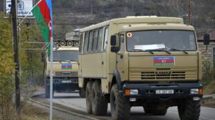 شاحنات عسكرية أذربيجانية تدخل إقليم لاتشين في الأول من كانون الأول/ديسمبر 2020
