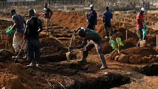 دفن ضحايا فيروس إيبولا في أفريقيا