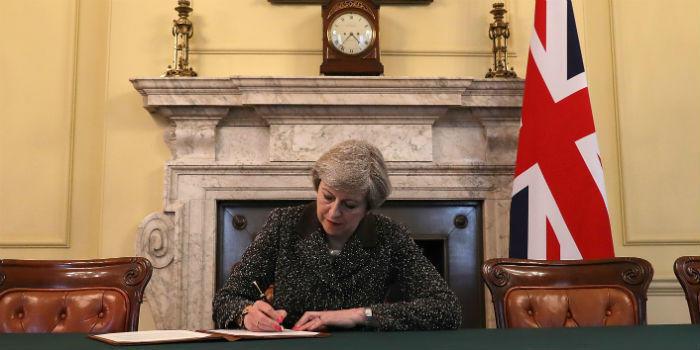 Theresa May firma la carta invocando oficialmente el artículo 50.