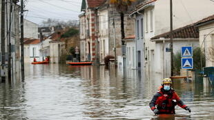 مستويات المياه تصل إلى مستوى الخصر في بلدة سانت الفرنسية جنوب البلاد. 08/02/2021
