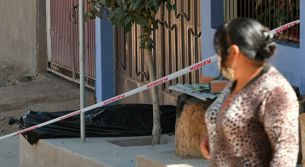 El cuerpo sin vida de un hombre permaneció durante horas abandonado en una calle, tras la imposibilidad de enterrarlo, en Cochabamba, Bolivia, el 5 de julio de 2020.