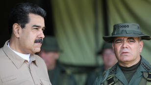 El presidente de Venezuela, Nicolás Maduro (izq), y el ministro de Defensa, Vladimir Padrino, hablan durante una reunión con los comandantes militares en Caracas, Venezuela, el 3 de junio de 2019.