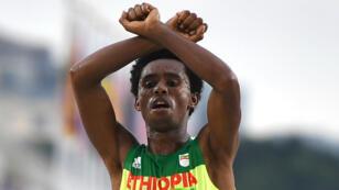 L'Ethiopien Feyisa Lilesa a été médaillé d'argent du marathon des jeux Olympiques.