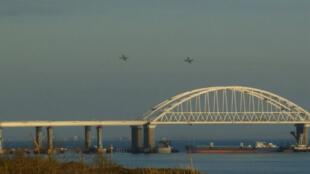 Des avions russes volent au-dessus du pont de Crimée, qui marque l'entrée de la mer d'Azov, le 25 novembre 2018.