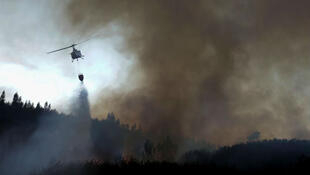 Un helicóptero combate un incendio en el pueblo de Ca, en el Centro de Portugal. 6 de octubre de 2017